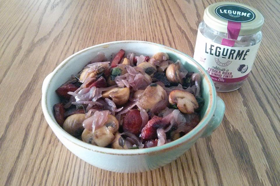 Cogumelo salteado com chouriço e cebola roxa ao vinho tinto