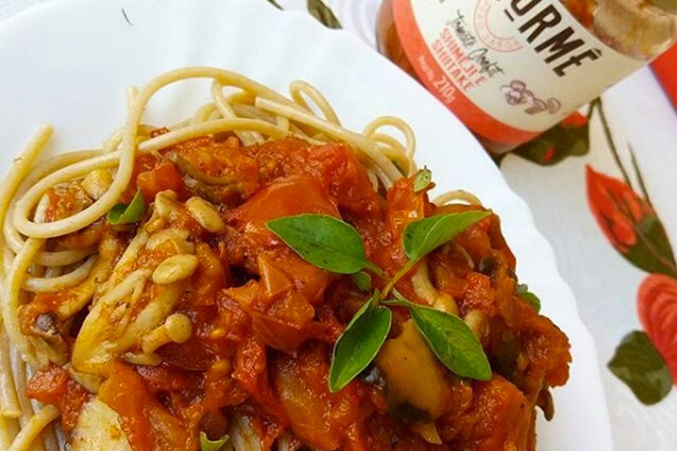 Espaguete integral com tomate confit de shimeji e shiitake