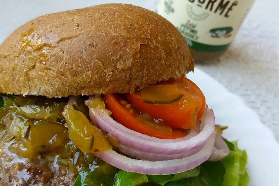 Hambúrguer Caseiro com Relish de Pepino Agridoce